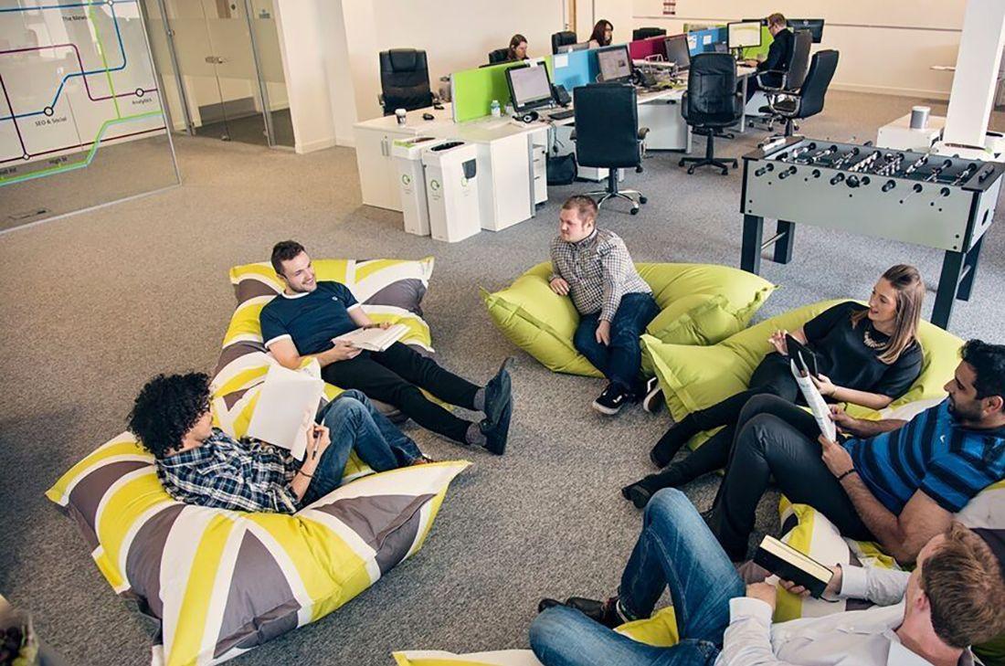 المقاعد المريحة المتجمعة حول طاولة - تصميم مكاتب العمل والشركات