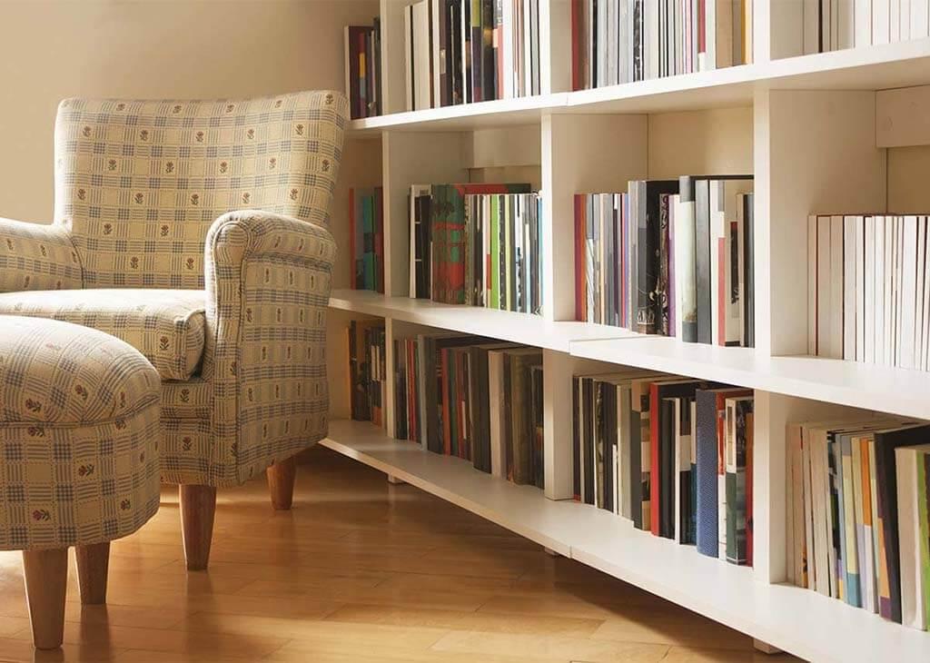 كرسي القراءة لمكتبة المنزل